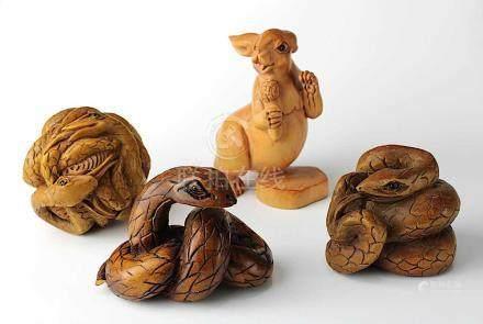4 Netsukes aus Holz, Japan 2. H. 20. Jh., eine in Form eines Hasen, die anderen in Form von