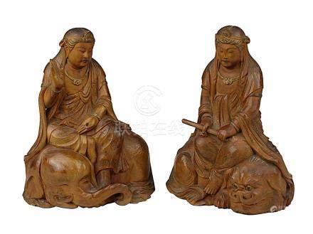 2 Guanyin-Holzfiguren, China um 1900, fein aus Edelholz geschnitzte Figuren, eine sitzend auf