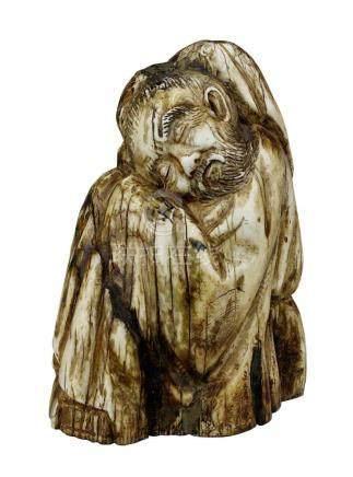 Figur eines schlafenden Mannes aus Mammutelfenbein, China 19. Jh., aus einem Stück geschnitzt,