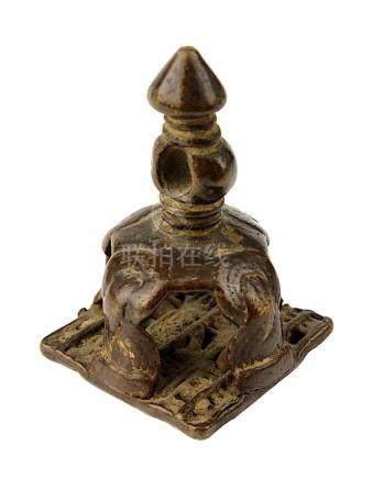 Körperstempel, Bronze, Indien 18./19. Jh., Griff mit stilisierten Knoten und mit Loch zum