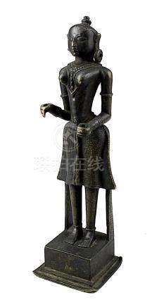 Parvati, Bronzefigur, wohl Südindien 18. Jh., auf quadratischem Sockel stehende weibliche Figur