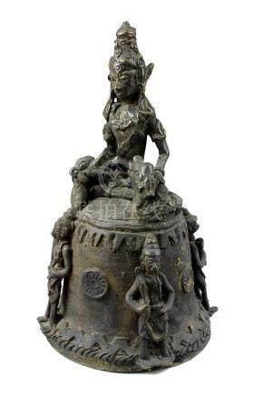 Bronzeglocke mit sitzender Figur und Schlangen, wohl Südindien 19. Jh., schöne dunkle Patina, auf
