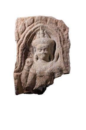 Architektur-Element mit Darstellung einer Devata. Fragment. Göttliche Tänzerin mit reichem Schmuck