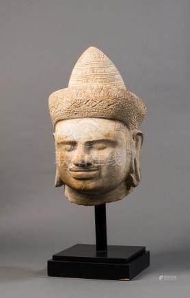 Übergroßer Kopf eines Shiva. Schnurr-/Kinnbart. Breites Diadem mit Schleife am Hinterkopf.