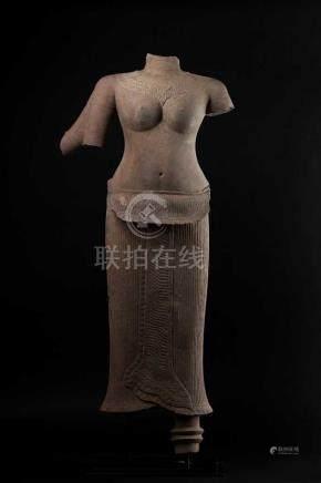 Große Torsofigur einer vierarmigen Göttin (Laksmi?)in streng frontaler Darstellung des