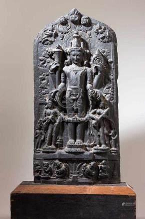 Bedeutende Vishnu-Stele.Mittig auf doppeltem Lotossockel stehender Vishnu mit seinen Attributen, von