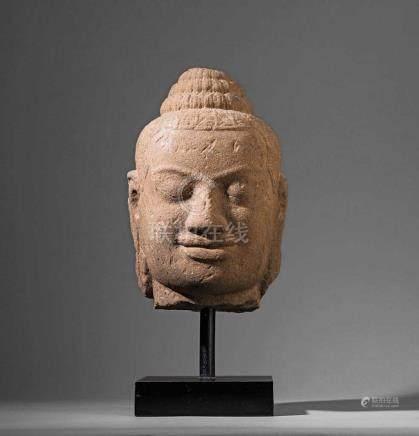 Kopf eines Buddha. Heiterer Gesichtsausdruck mit gesenkten Lidern. Physiognomische Ähnlichkeit mit