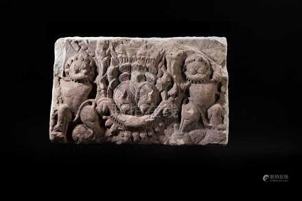 Tempelrelief. Mahakala-Maske, von zwei tanzenden Dämonen flankiert. Grauer Stein. Khmer, Kambodscha,