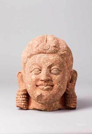 Kopf einer Yakshi? Ausgeprägte Gesichtszüge mit betonter Mundpartie. Kunstvolle Frisur und große