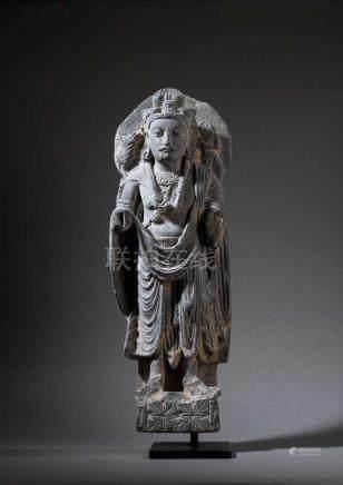 Stehender Bodhisattva Maitreya. Auf Plinthensockel stehende Figur mit drapiertem Gewand. Lockige