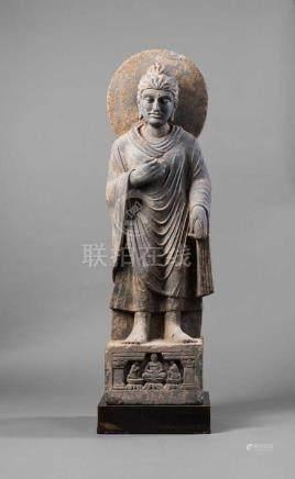 Stehender Buddha. Plinthensockel mit Adoranten. Den Kopf leicht zur Seite geneigt. Gesichtszüge