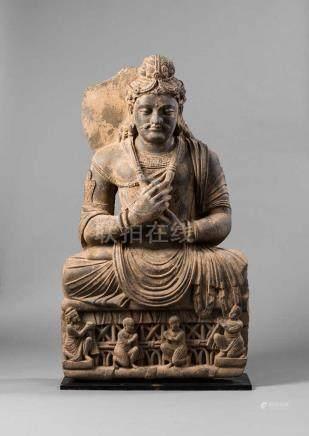 Beeindruckende Figur eines Bodhisattva Maitreya. Kraftvolle Körperlichkeit mit reichem Schmuck.