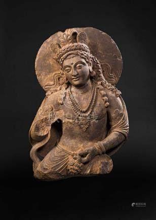 Beeindruckende Statue eines Bodhisattva.Halbfigürlich. In der Linken eine Lotosblüte haltend, den