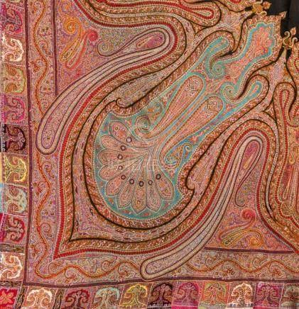 Außerordentlicher bestickter Shawl aus Kaschmir, im klassischen Boteh-/Paisley-Dekor. Um ein