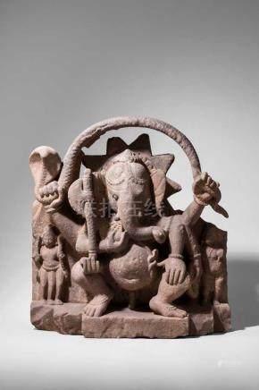 Hervorragende Stele, den elefantenköpfigen Ganesha darstellend.Auf vertikal getreppter Plinthe von