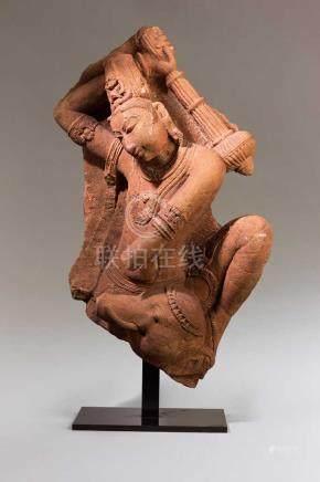 Shiva oder Vishnu.Fragment einer großen Skulptur. In der erhobenen Rechten den Streitkolben