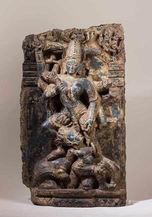 Beeindruckende Durga-Stele.Die achtarmige Göttin durchbohrt den Büffelgott Mahisamardini, der -