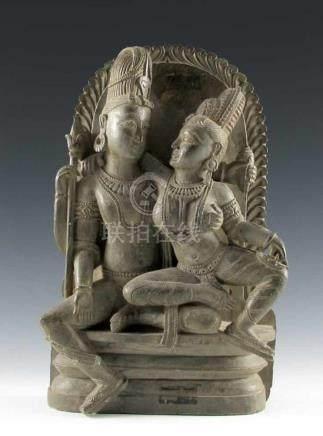 Krishna und Parvati, auf Sockel sitzend vor Aureolenhintergrund. Steatitrelief. Indien. H 36,5 cm