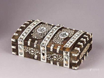 Prachtvolle höfische Tischdose. Holz mit Belag aus Schildpatt oder Horn, darüber reicher