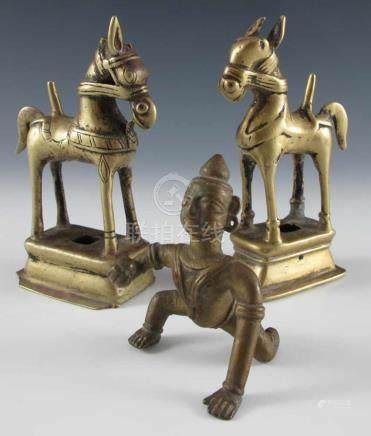 Konvolut: zwei Pferde als Votivgaben sowie kniende Tempeltänzerin. Gelbguss. Orissa. H bis 13 cm