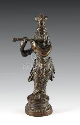 Krishna beim Flötenspiel. Bronze. Indien, 19. Jh. H 15,5 cm