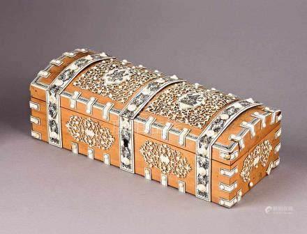 Prachtvolle höfische Tischdose in Truhenform. Holz mit Elfenbeinbelag; Gravuren und feiner