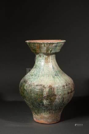 Vase de forme Hu  enterre cuite à glaçure verte plombifère. Chine. Dynastie des