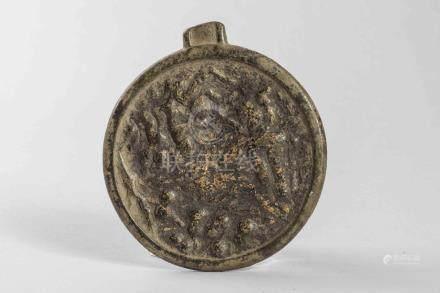 Miroir circulaire  illustré d'un décor de scène de personnages et cavaliers . B