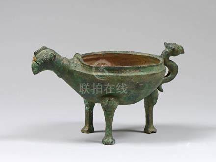 Aquamanile tripode à tête zoomorphe en bronze à patine verte. Chine. Dynastie d
