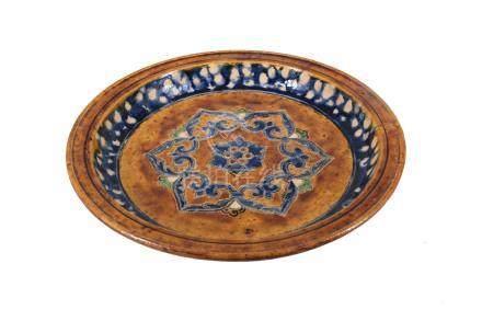 Plat à offrande Sançaï tripode à décors d'une rosace centrale composée de six c