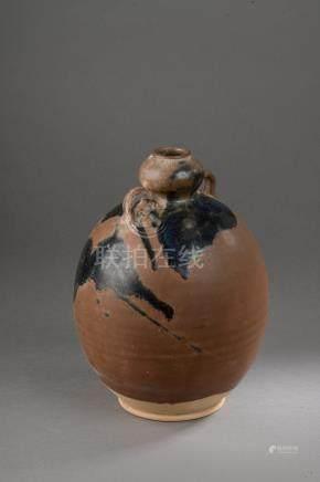 Flacon globulaire à col bulbé serti de deux anses à l'épaulement en grès porcel