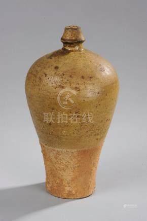 Vase de forme meïping à fond plat, épaulement arrondi et petit goulot destiné à