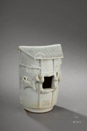 Offrande illustrant un modèle de grenier ou édifice en porcelaine Qinbaï moulé