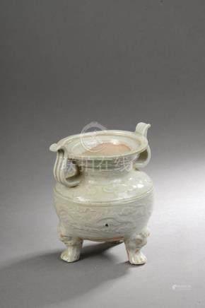Brûle parfum  tripode pansu à large cratère serti de deux anses latérales au co