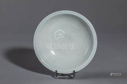 Fine coupelle Qinbaï en fin grès porcelaineux incisé sous couverte monochrome c