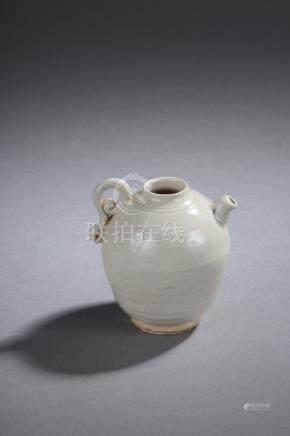 Petite verseuse globulaire en fin grès porcelaineux à glaçure monochrome blanc