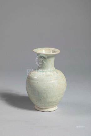 Petit vase globulaire Qinbaï en fin grès porcelaineux à glaçure monochrome céla