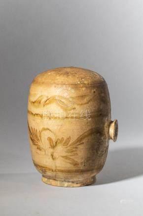 Récipient à vin de type cizhu en grès porcelaineux à décor en ocre jaune sur fo
