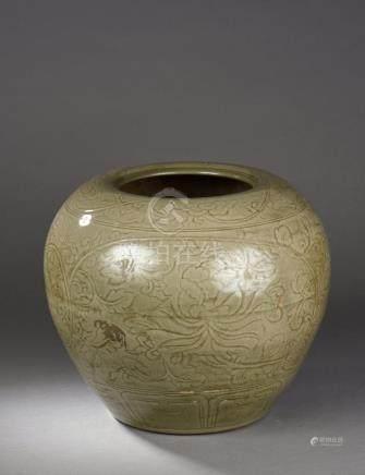 Importante jarre  du Longquan à large panse globulaire renflée à l'épaulement,