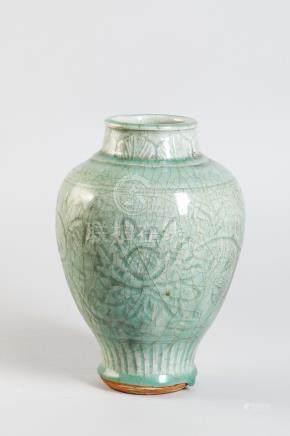 Vase balustre à large épaulement et petit col cylindrique en épaisse porcelaine