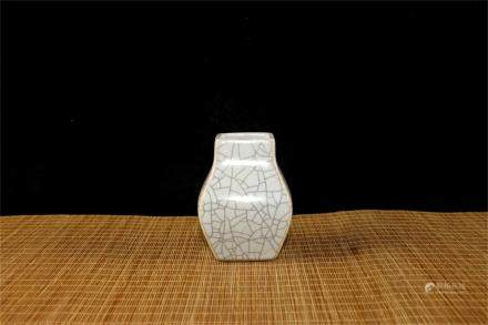 A Chinese Ge-Type Porcelain Square Vase