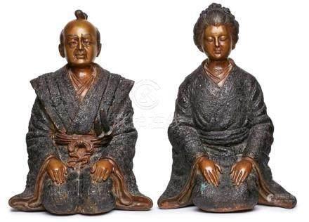 Paar gr. BronzenSamurai und Frau kniend, Japan 20. Jh. Rot- u. dunkelbraun patiniert. Je in