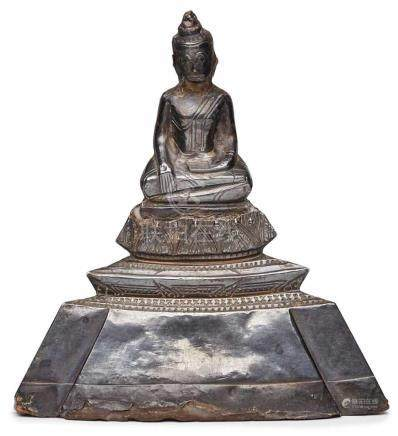 Buddha, wohl Siam 18. Jh.Silber, gefüllt. Pyramidaler Aufbau m. auf hohem, sich nach unten weitendem