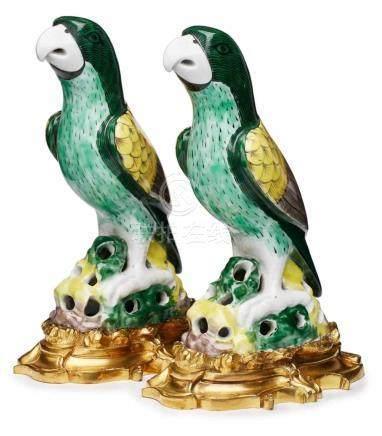 Paar Papageien auf Bronzemontierung,Kangxi-Stil, China wohl um 1900. Porzellan m. Emaillefarbendekor