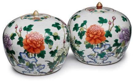 Paar Ingwertöpfe, China wohl Ende 19. Jh.Porzellan m. bunter Emaillefarben-Malerei. Kugeliger Korpus