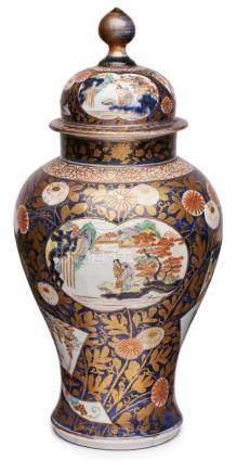 Gr. Imari-Deckelvase, Japan wohl um 1860.Porzellan m. farbigem Emaille-Dekor, gold-ge- höht.