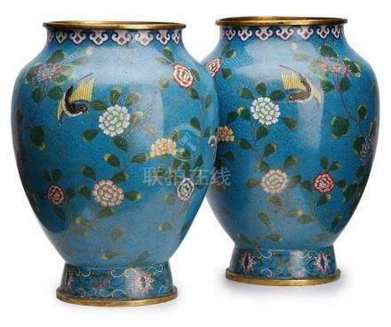 Paar Cloisonné-Vasen, China wohl um 1920.Bauchige, gedrungene Amphore auf kurzem Rd.fuß. Wandung