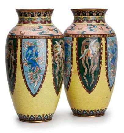 Paar Cloisonné-Vasen, Japan wohl um 1900.Schlanke Amphore m. farbigem Emaille-Dekor: Wandung