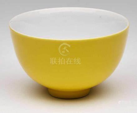 Koppchen, China wohl 18. Jh.Porzellan, außen gelb glasiert. Halbkugelige Schale m. hoher Wandung,