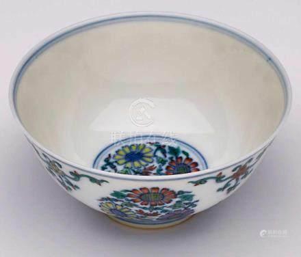 Kl. Reisschale, China wohl Anf. 20. Jh.Porzellan m. blauem Unterglasur- u. farbigem Emaille-Dekor.